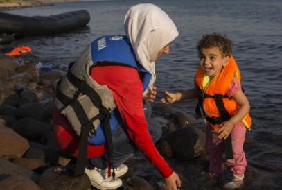 Слезы счастья сирийских беженцев, добравшихся до суши (ФОТО)
