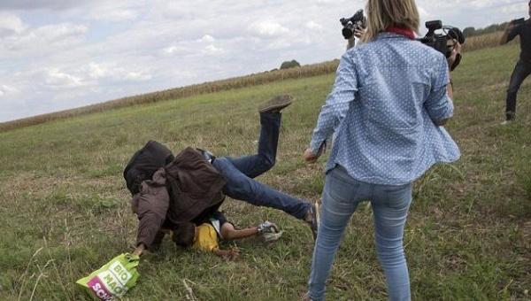 Журналистка поплатилась за подножку беженцу с ребенком на руках (ВИДЕО)