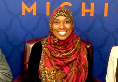 Стюардесса в хиджабе наотрез отказалась делать это пассажирам и была уволена