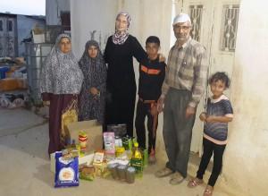 Представитель ассоциации с Мазеном Ахмедом и его семьей