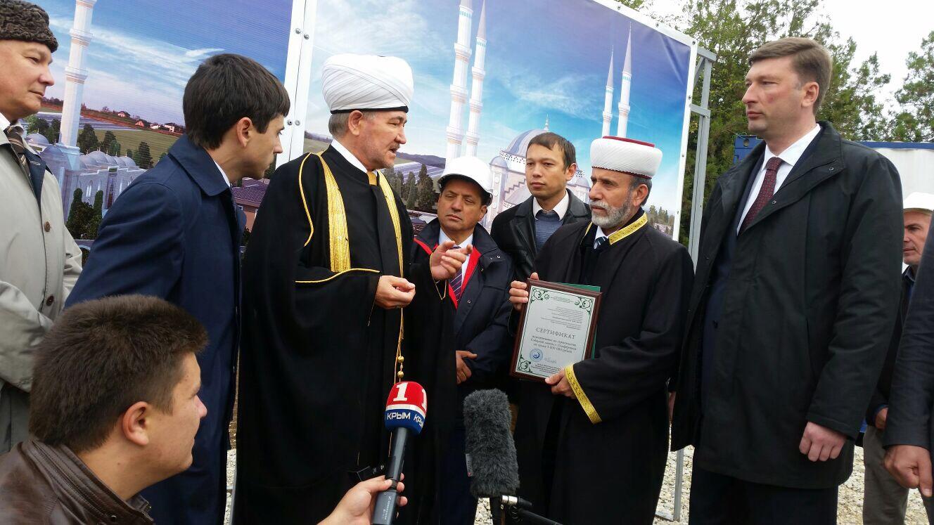 Муфтий Аблаев с сертификатом в руках. Фото: ДУМ РФ