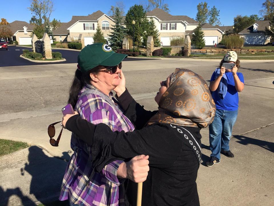Мусульманка Синтия обнимает участницу протеста