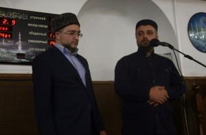 Заммуфтия Дагестана Ахмад Кахаев (справа) представил нового имама мечети на ул.Котрова