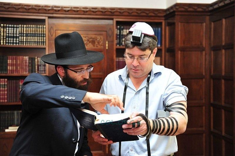 Израильский министр Офир Акунис с раввином