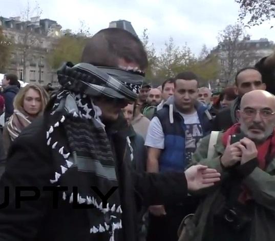 Реакция скорбящих парижан на мусульманина, предложившего обняться (ВИДЕО)