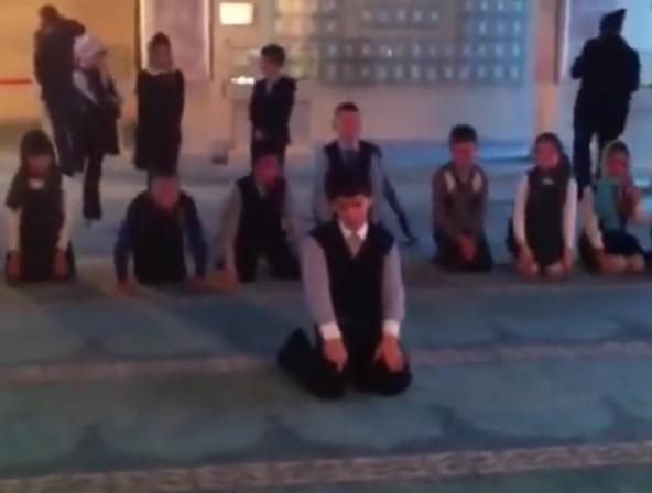 Молящиеся в мечети русские дети произвели фурор в соцсетях (ВИДЕО)