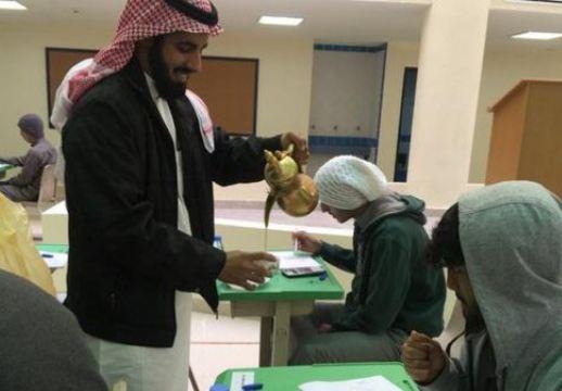 В Саудовской Аравии учителя подают ученикам кофе