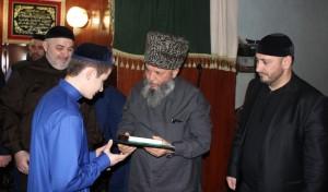 Один из хафизов принимает поздравления от муфтия Мухаммада Рахимова