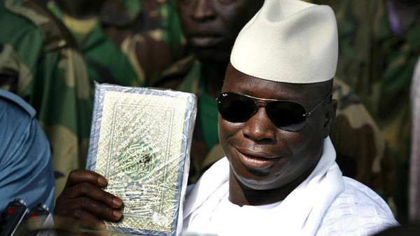 Президент Гамбии Яхья Джамме с Кораном в руке