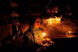 Свечи освещают кухню палестинской хозяйки