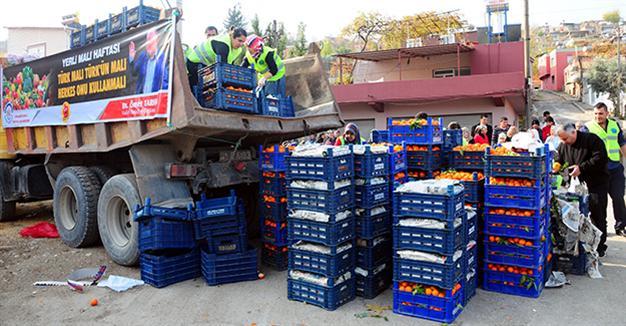 Раздача овощей и фруктов местному населению. Фото: Hurriyet