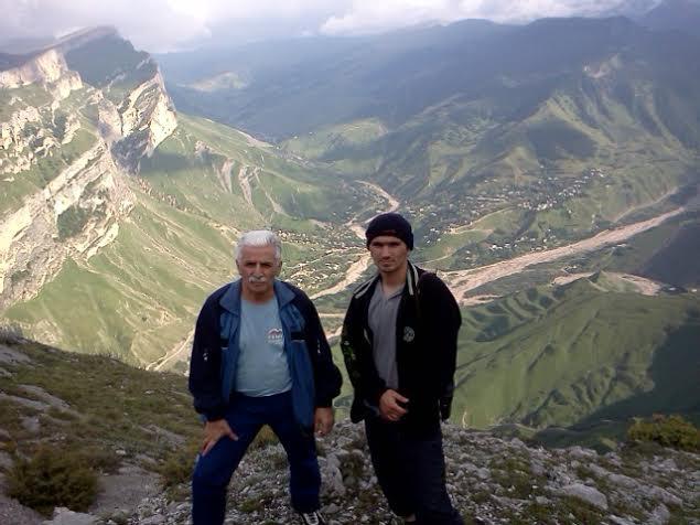 Деньга Халидов (слева) с офицером Магомедом Халидовым, погибшим в бою с НВФ летом 2013 года