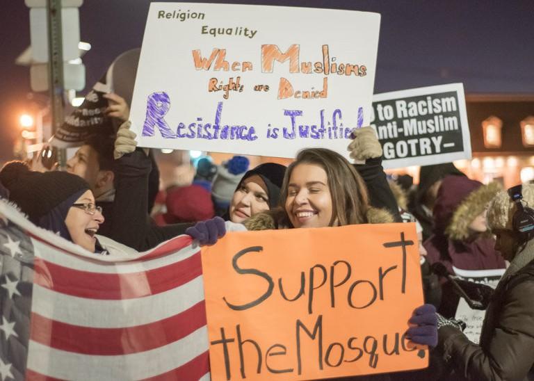 Враги мечети схлестнулись с доброжелателями