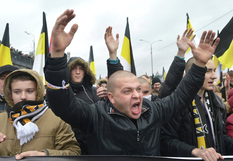 Группа националистов атаковала электричку