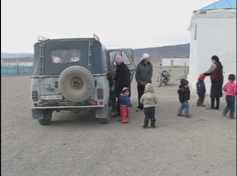В Монголии 34 ребенка возят в одном российском внедорожнике (ВИДЕО)