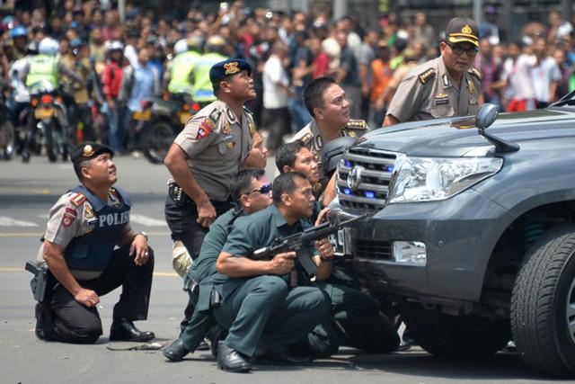 В центре столицы Индонезии прогремело не менее шести взрывов