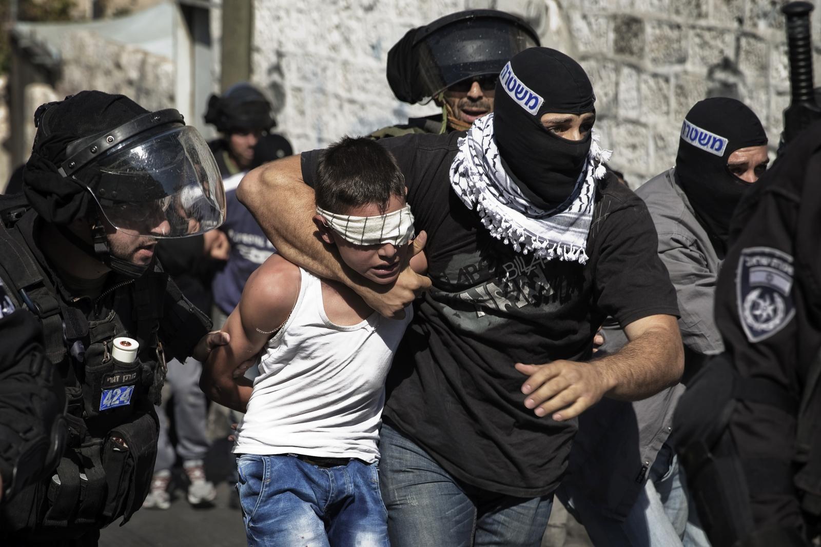Задержание палестинского ребенка израильскими силовиками