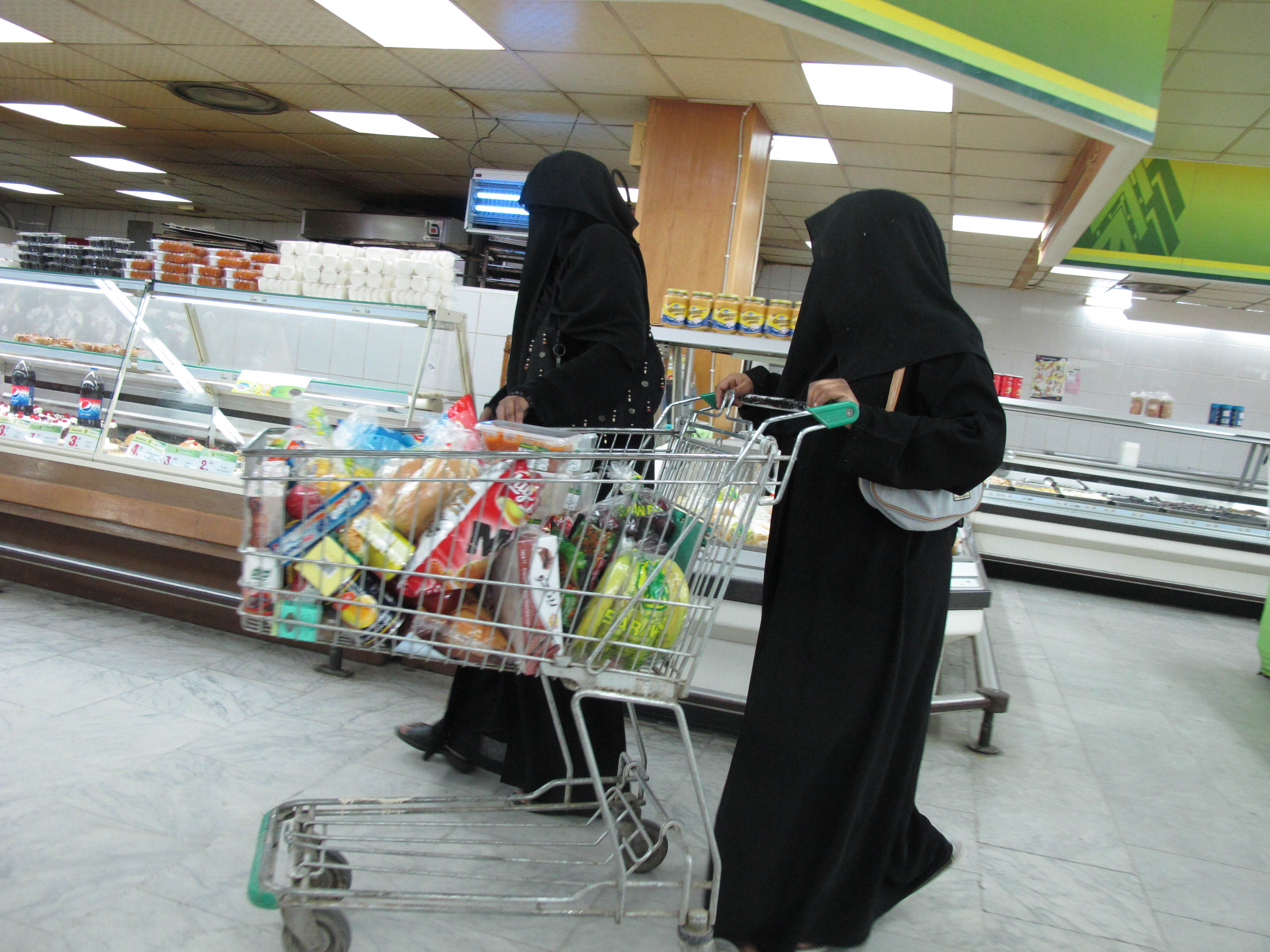 Покупательницы в одном из арабских магазинов