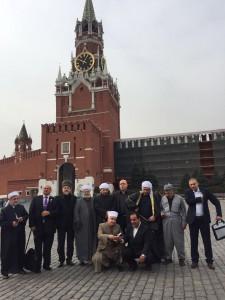Члены делегации активно фотографировались на фоне достопримечательностей Москвы