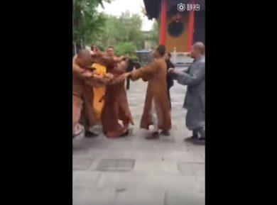 Буддийские монахи устроили мордобой у храма (ВИДЕО)