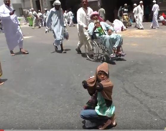Девочка попрошайка у Заповедной мечети