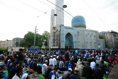 Мусульмане во время молитвы в Соборной мечети Петербурга