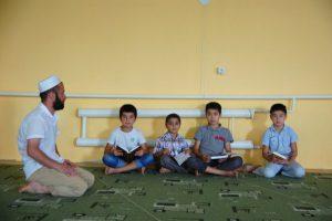 Файзулла Исмаилов во время урока в мечети