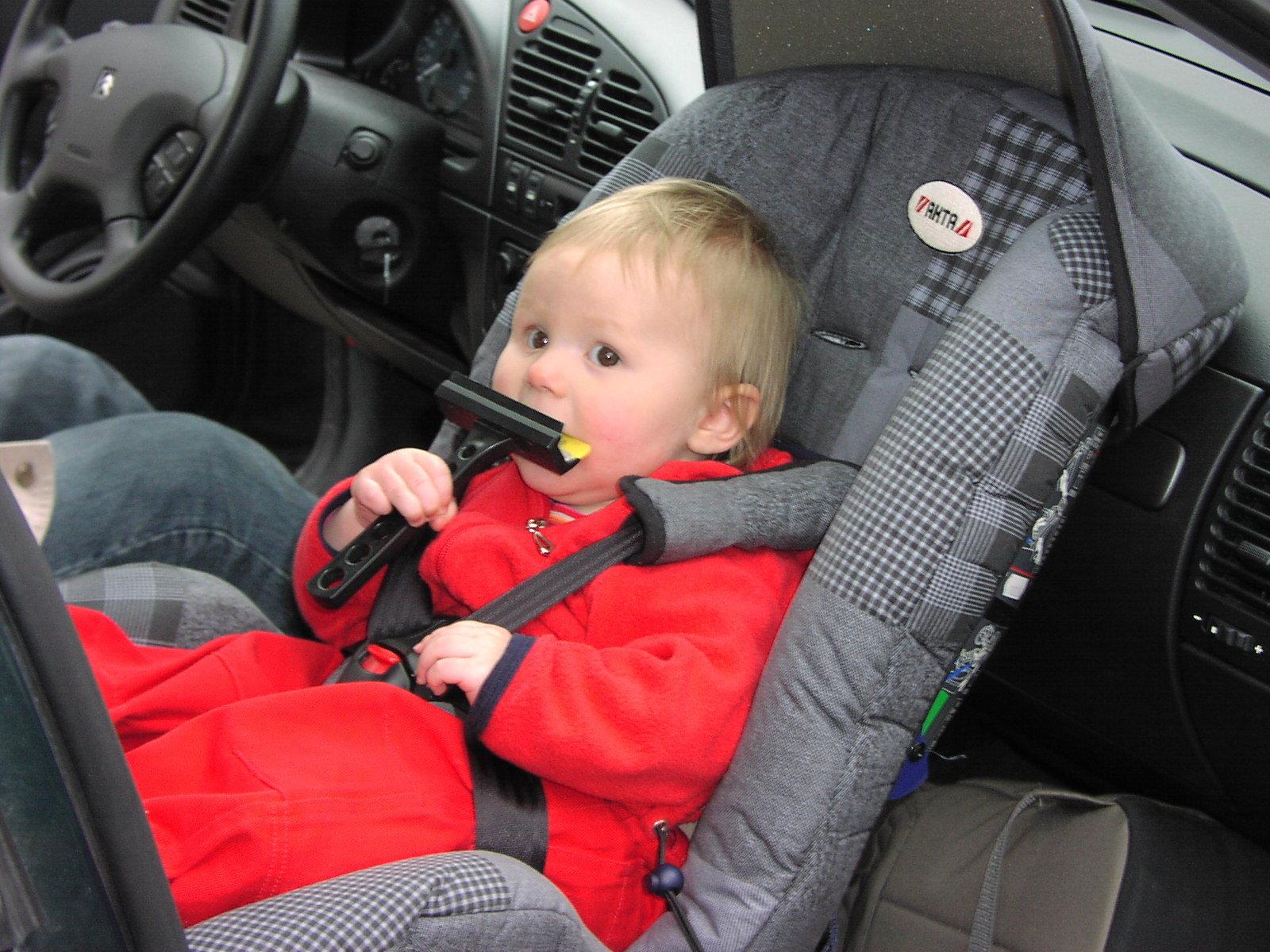Как сажать ребенка в автокресло вперед 542