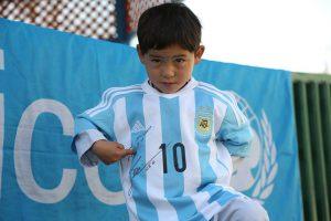 Муртаза в майке, подаренной ему футболистом