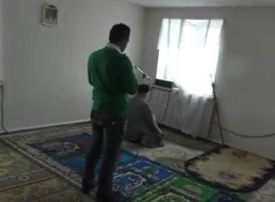 Кабинет полицейского превратили в мечеть (ВИДЕО)