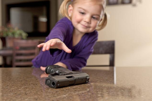Американским родителям не удается оградить своих детей от контакта с оружием
