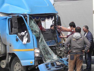 Мигранты пришли на помощь русскому водителю после страшного ДТП (ВИДЕО)
