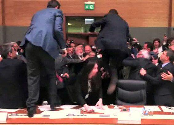 Курды и сторонники Эрдогана устроили мордобой в парламенте Турции (ВИДЕО)