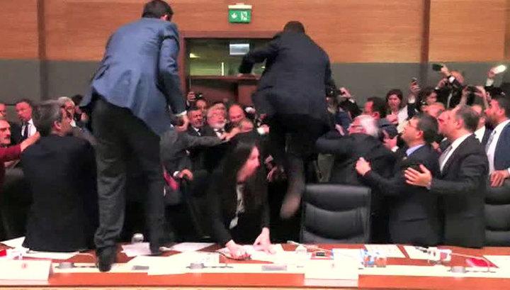 Не найдя общего языка, турецкие депутаты стали выяснять отношения на кулаках