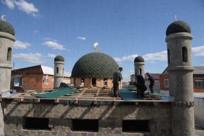 На зоне возвели четырехминаретную мечеть