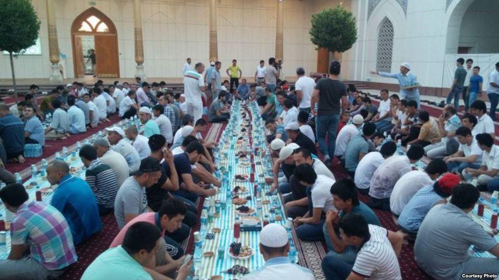 «Это не политика»: Муфтият Узбекистана запретил проведение коллективных ифтаров