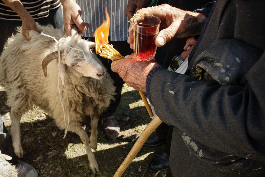 Обряд жертвоприношения во время праздника Ломисоба