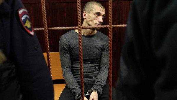 Петр Павленский требовал судить его за терроризм