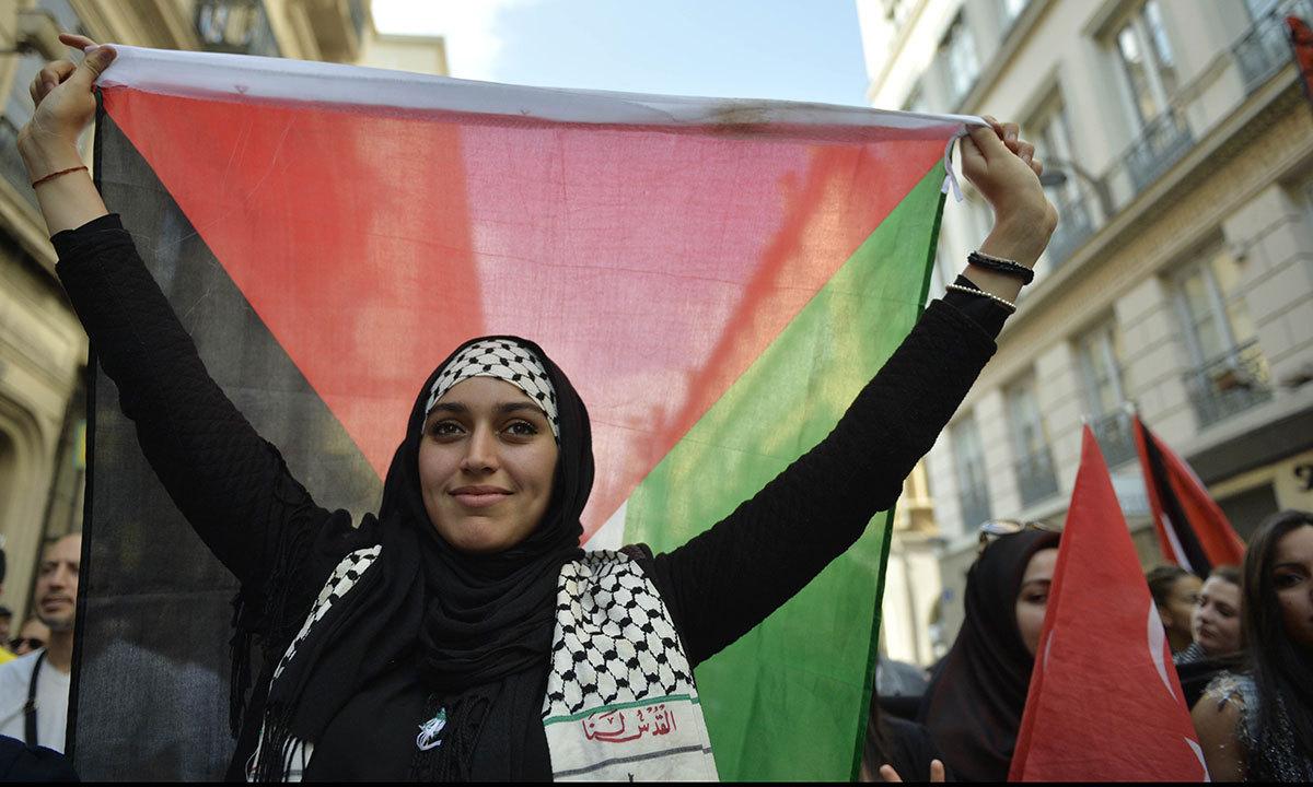 Девушка с палестинским флагом