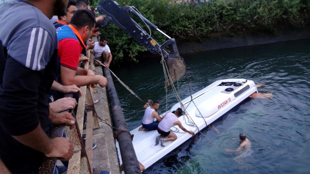 Спасатели и добровольцы поднимают автобус со дна канала