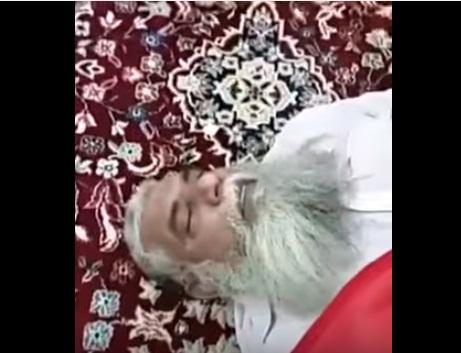 В мечети Мекки мужчина умер на месте молитвы с улыбкой на устах (ВИДЕО)