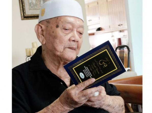 100-летний старец умудряется поститься в Рамадан