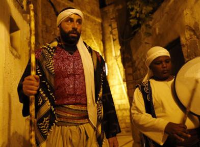 Христианин в иудейском государстве будит мусульман на молитву