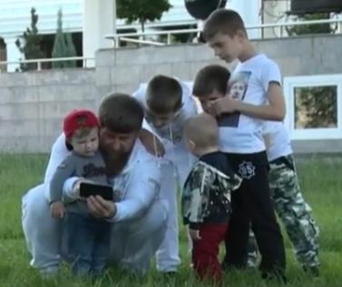 Кадыров с детьми (Фото: www.instagram.com/kadyrov_95/)