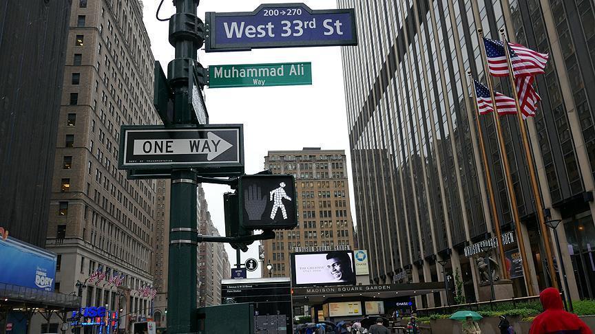 На пересечении 33-й улицы и 7-го проспекта, на углу Madison Square Garden, где Мохаммед Али провел большинство своих боев, установлена таблица «Muhammad Ali Way»