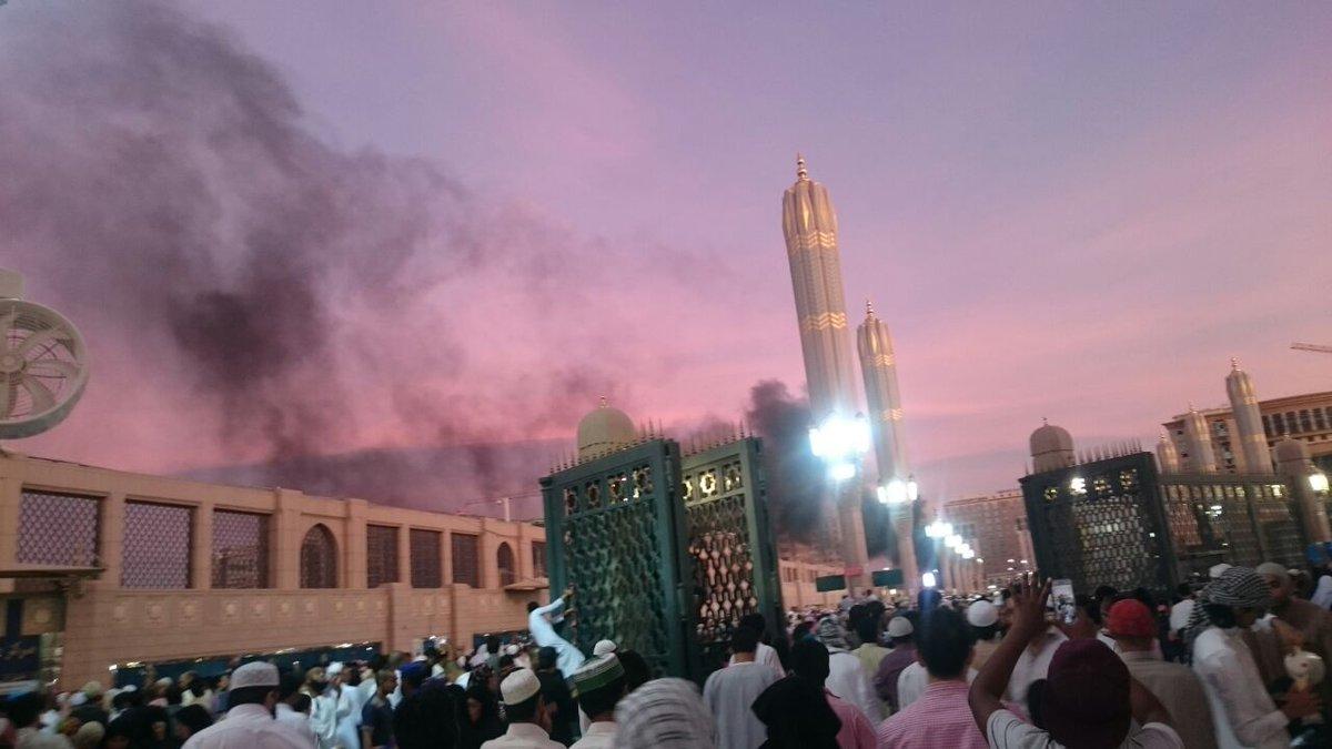 У мечети Пророка в Медине видно задымление
