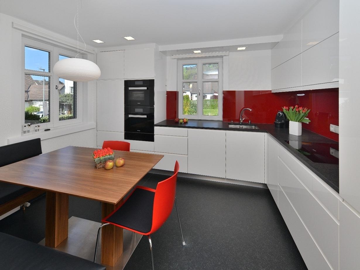 Основные достоинства современных натяжных потолков для кухни
