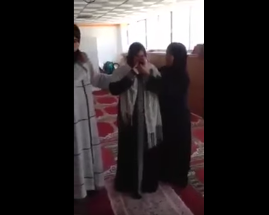 Девушка плачет, принимая ислам