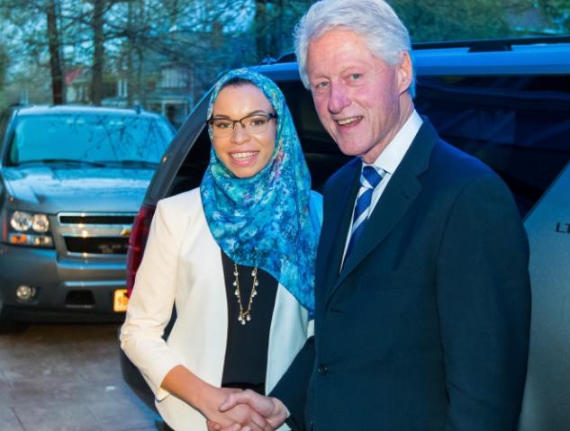 Билл Клинтон пожимает руку мусульманке
