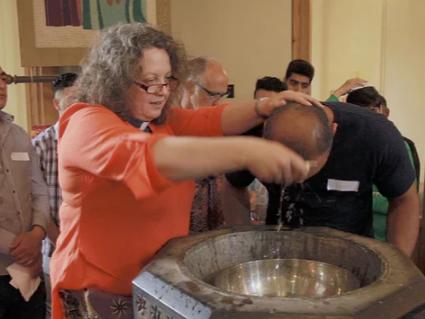 Процедура обращения в христианство, проводимая пастором Салли Смит